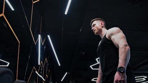 Fitnessmann Bodybuilder Training mit Langhantel
