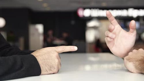 Mains masculins lors de négociations efficaces