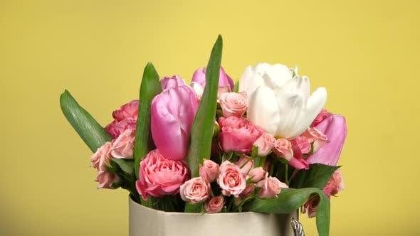 Thumbnail for Schöne Blumenstrauß Blume mit Rosen und Tulpen, auf Gelb, Rotation