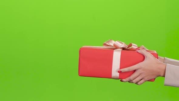Thumbnail for Geschenkbox Mädchen gibt einen Mann Red Box. Nahaufnahme