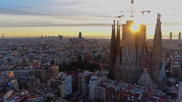 Thumbnail for Lá Sagrada Familia Temple From Above