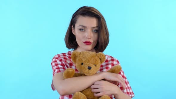 Thumbnail for Porträt von Frau halten Spielzeug Bär