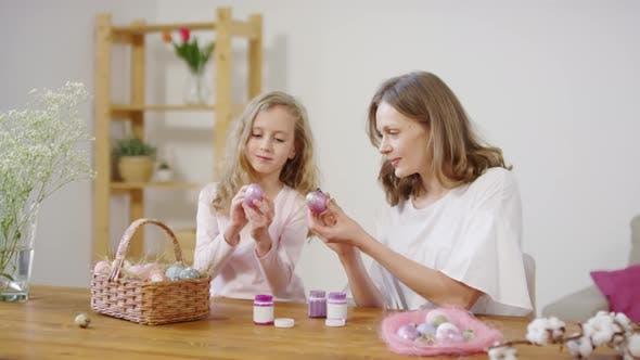 Thumbnail for Mutter und Tochter Putting Glitzerfarbe auf Ostereier