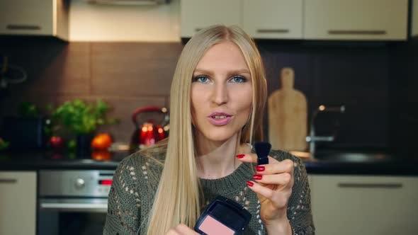 Thumbnail for Young Vlogger Sprechen über Make-up Rouge für Gesicht
