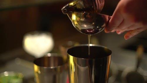 Zitrone in einen Shaker