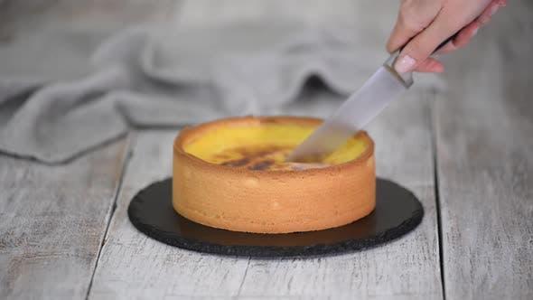 Französisch Flan Patissier mit Küchenmesser schneiden