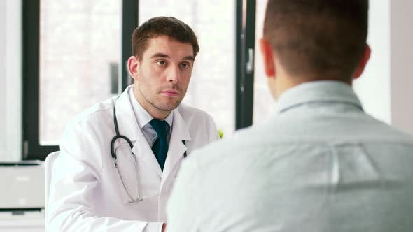 Thumbnail for Arzt und Mann mit Gesundheitsproblem im Krankenhaus 8