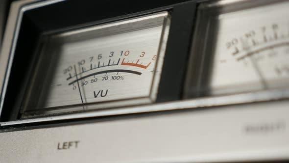 Thumbnail for Nahaufnahme von analogen VU-Messgeräten 4K 2160p 30fps UltraHD-Filmmaterial - Standard-Lautstärkeanzeige s