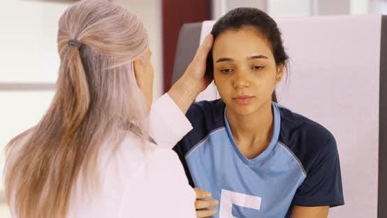 Thumbnail for Ein junger Fußballspieler mit einer Kopfverletzung erhält ärztliche Hilfe