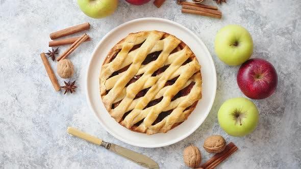 Thumbnail for Lecker süßer Hausgemachter Apfelkuchen mit Zimtstangen, Walnüssen und Äpfeln