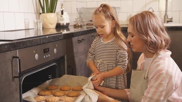 Mutter und eine süße kleine Tochter backten Plätzchen