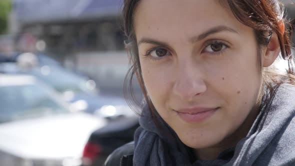Thumbnail for Junge Frau in der überfüllten Stadt selbstbewusst und schön Gesicht langsam mo 1920x1080 HD Filmmaterial -