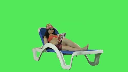 Frau entspannt sich auf dem Sonnenbett