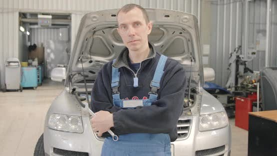 Thumbnail for Porträt des Automechanikers In Reparaturwerkstatt
