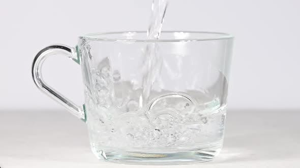 Thumbnail for Gießen heißes Wasser in Tee- oder Kaffeeglasbecher