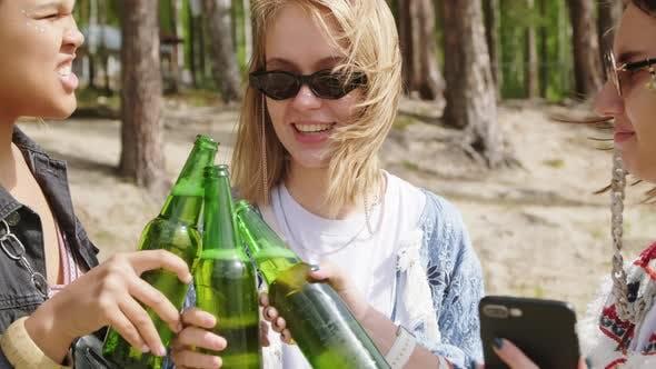 Thumbnail for Mädchen jubeln und trinken Getränke