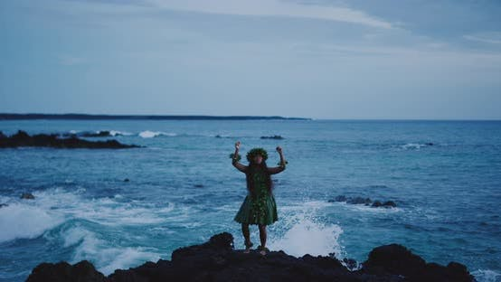 Thumbnail for Frau, die traditionelle hawaiianische Hula am Meer durchführt