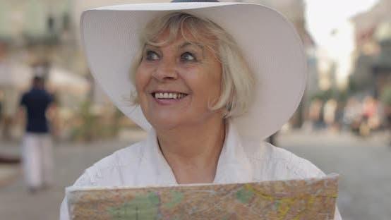 Thumbnail for Senior Female Tourist Erkundung Stadt mit einer Karte in Händen, Suche nach der Route