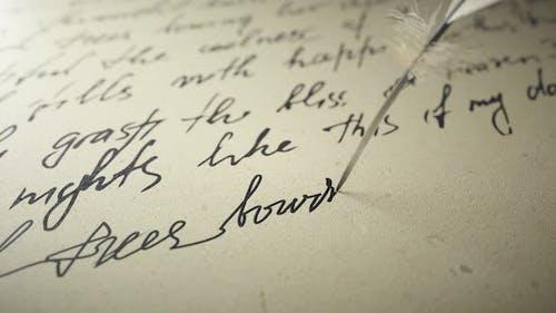 Ink Pen schreibt Poesie auf Old Paper