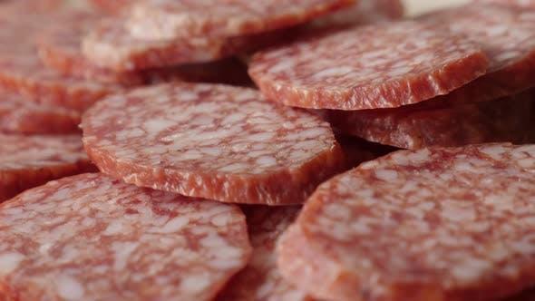 Thumbnail for Lebensmittel Hintergrund von Wurst von luftgetrockneten Fleisch schneidet 4K 2160p 30fps UltraHD kippen Footage - Sa