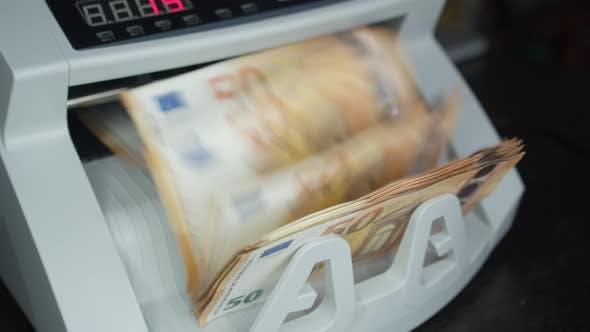 Euro-Banknoten zählen ein Elektronisch Geld-Zähler