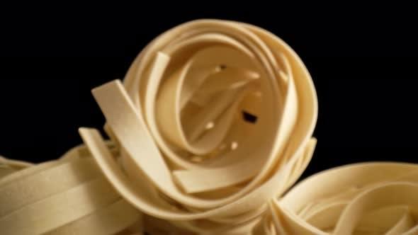 Vergrößern Sie Makro-Video von italienischen Tagliatelle Nudelrollen. Aufnahme mit RED Helium Kamera in 8K