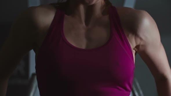muskulös Mädchen arbeiten aus
