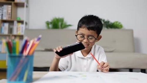Junge Kind Videoanruf mit Telefon