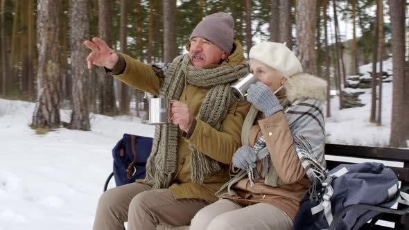 Thumbnail for Reife paar Relaxen mit Hot Tee im freien im Winter und Chat