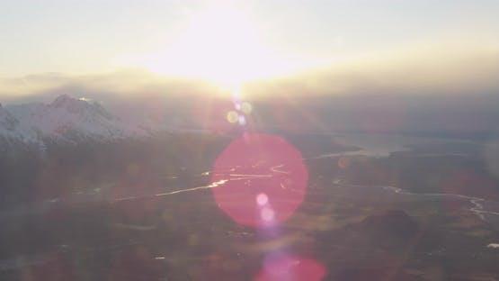 Blaue und weiße Troopers Hubschrauber schwebt über Alaska Wildnis in Richtung Autobahn, Drohne Antenne foo