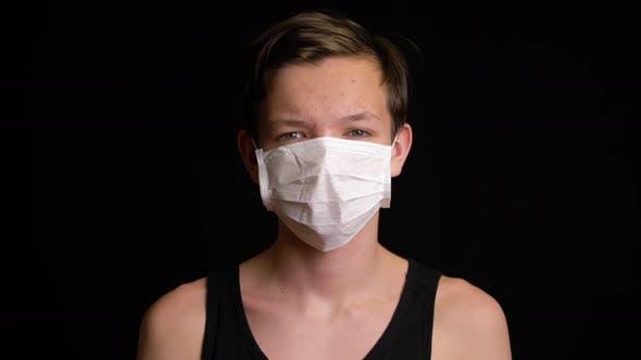 Junge fühlen krank und tragen Maske
