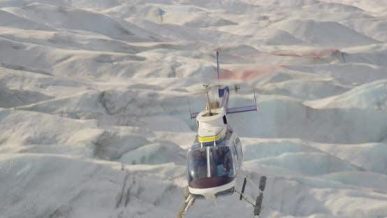 Luftaufnahme über verschneite Alaska-Berggipfel, Drohne -Hubschrauber-Aufnahmen