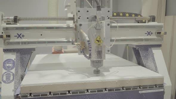 Die Arbeit der Fräsmaschine. Nahaufnahme. Technologie.