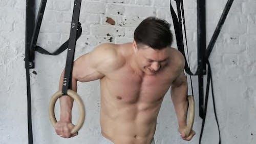 Muskulöser Athlet für ein Crossfit-Workout.