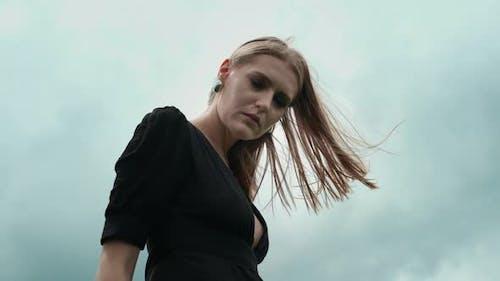 Flamboyant fille en robe noire.