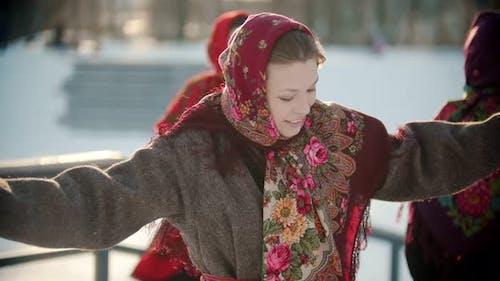Russische Folklore - eine Frau in einem hellen Schal tanzt Russisch Folk Tanz