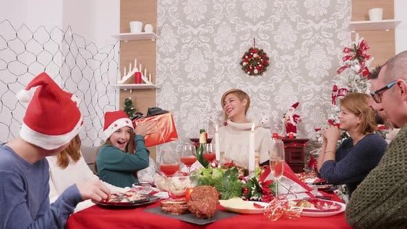 Thumbnail for Mother Gives Her Little Daughter a Christmas Geschenkbox