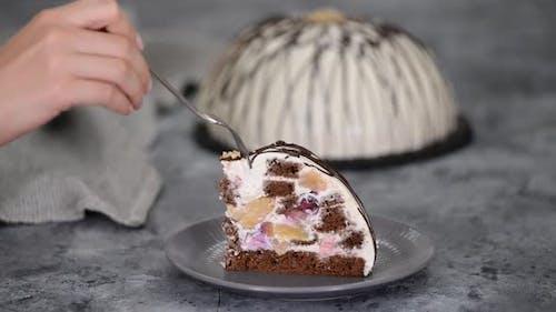 Stück Pancho Kuchen mit Ananas und saurer Sahne gekrönt mit Schokolade und Nüssen.