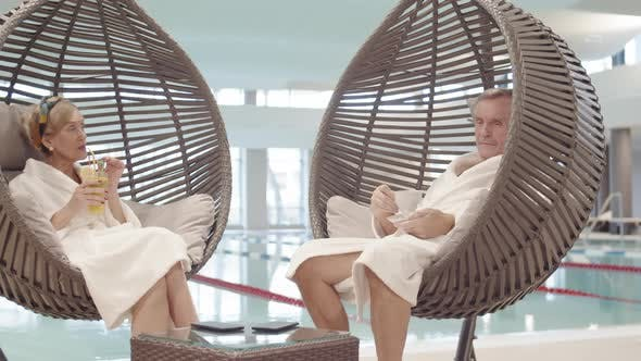 Thumbnail for Ruheständliches Paar Entspannung am Schwimmbad