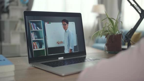 Teen Girl Student Fernstudium mit Online-Lehrer auf Computerbildschirm