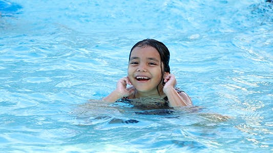 Thumbnail for Schöne Mädchen im Schwimmbad
