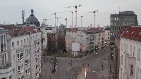 Thumbnail for AERIAL: Langsamer Flug durch leere Zentral-Berliner Nachbarschaftsstraße mit fast keinen Menschen und Nein