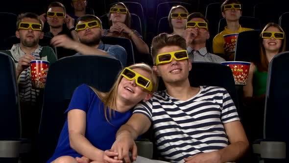 Thumbnail for Paar in Kino Ansehen ein Film mit 3D Brille