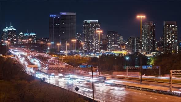 Toronto, Kanada, Timelapse - Nahaufnahme des Ontario 401 Highway bei Nacht von einer Brücke aus gesehen