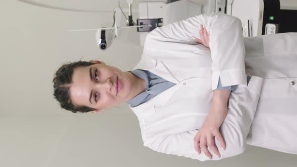 Portrait De Souriant Optométriste Féminin