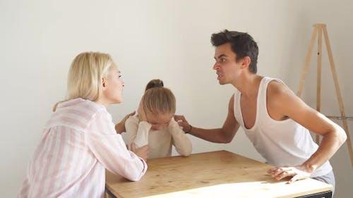Familienkrisenkonflikt in Gegenwart von Kindern
