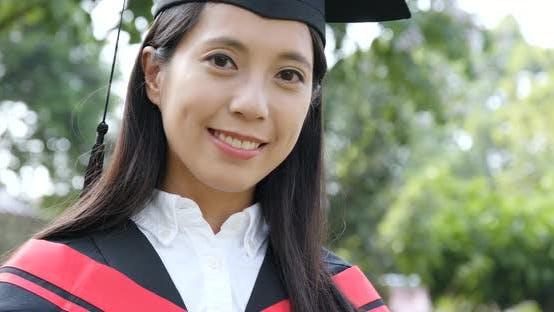 Thumbnail for Glückliche Frau Universität Graduierung Tag