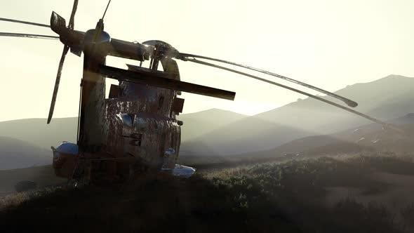 Thumbnail for Old Rosted Militärhubschrauber in der Wüste bei Sonnenuntergang
