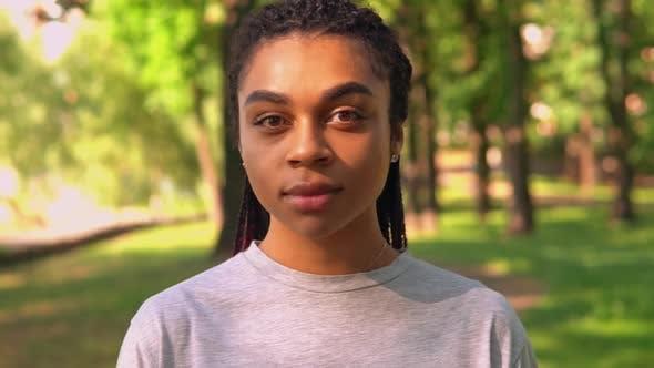 Thumbnail for Attraktive weibliche Gesicht Nahaufnahme in park