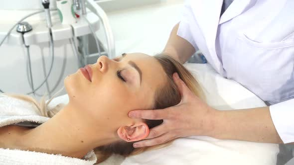 Cover Image for Cosmetologist Massages Client's Head